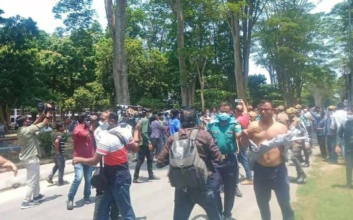 রাবিতে সংঘর্ষ : বিশ্ববিদ্যালয় কর্মকর্তা আহত