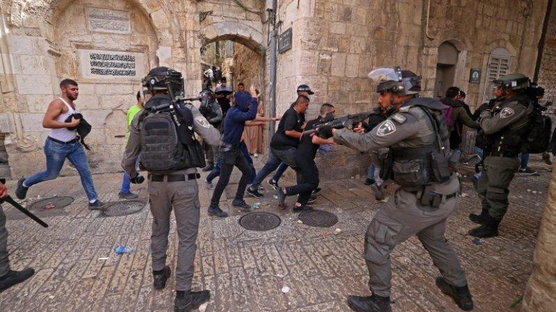 আল আকসা মসজিদে অভিযান ইসরায়েলি বাহিনীর, আহত শতাধিক